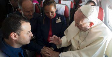 Папа Франциск повенчал на борту самолета супружескую пару (ФОТО + ВИДЕО)