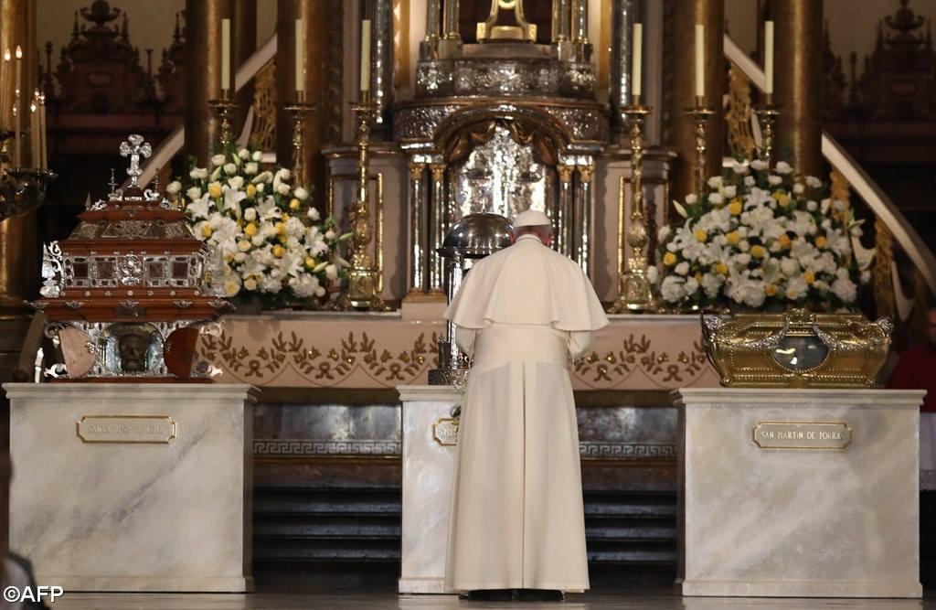 Папа Франциск: молитва у мощей перуанских святых (ФОТО)