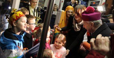 Митрополит Краковский спел колядки с детьми в трамвае (ФОТО)