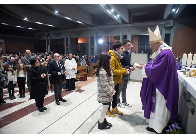 Папа Франциск отправил воскресную Мессу в одном из окраинных районов Рима