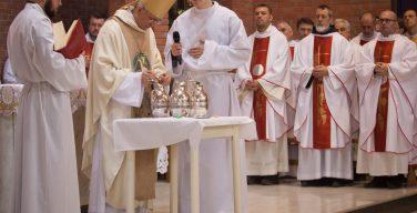 Месса освящения мира и елея в Кафедральном соборе Преображения Господня в Новосибирске