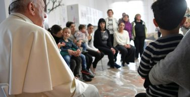 Папа Франциск посетил дом для заключенных женщин с детьми