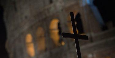 В Риме проходит традиционный Крестный путь в Колизее