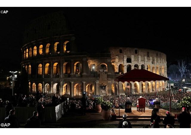 Папа Франциск вознес молитву на богослужении Крестного пути в Римском Колизее