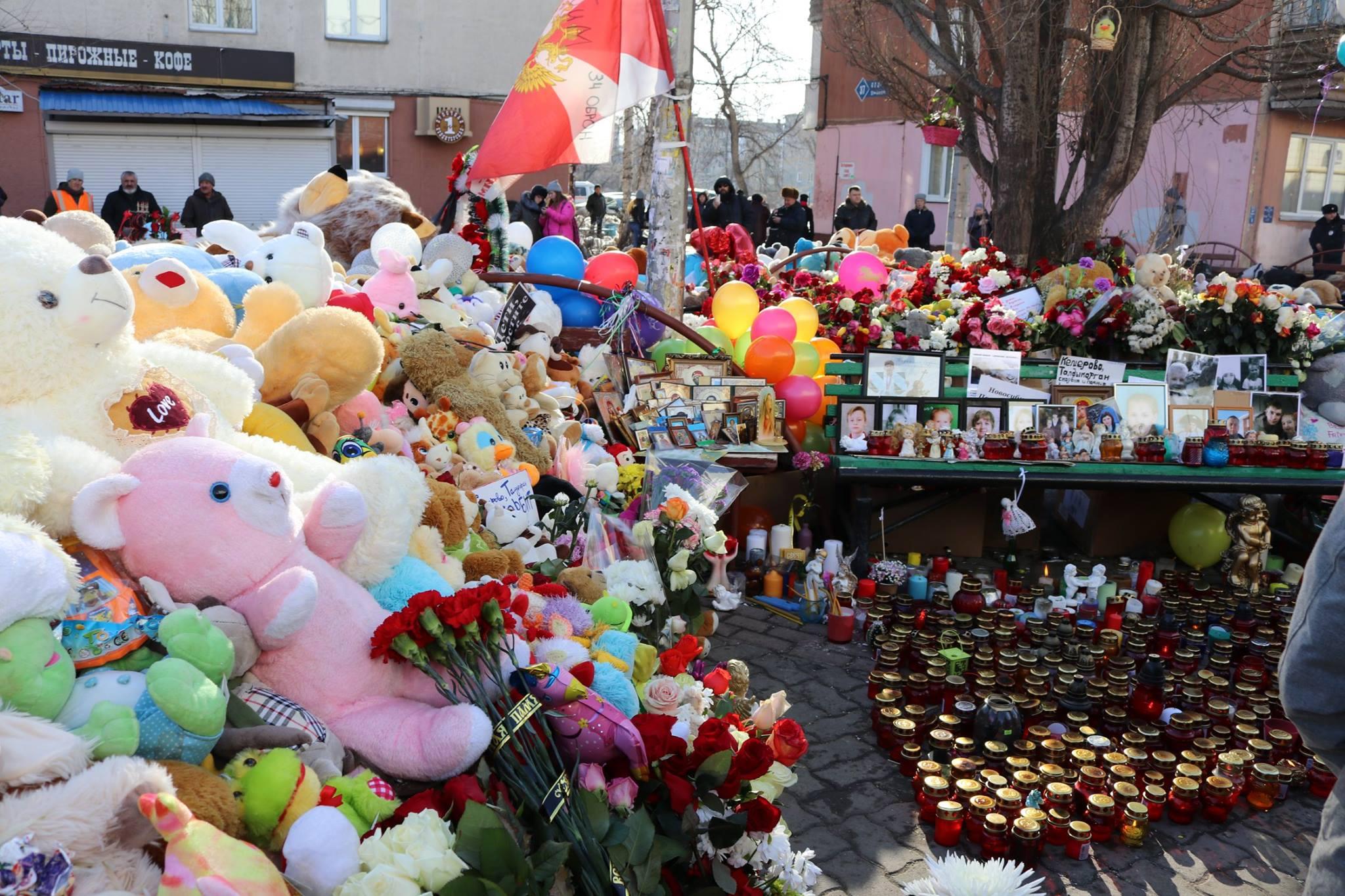 Католики Кемерова помолились на месте трагедии у ТРЦ «Зимняя вишня»