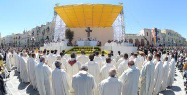 В продолжение своего визита на юг Италии Папа Франциск отслужил Мессу в Мольфетте