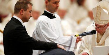 Среди крещеных Папой Франциском в Навечерие Пасхи был один «мигрант-герой»