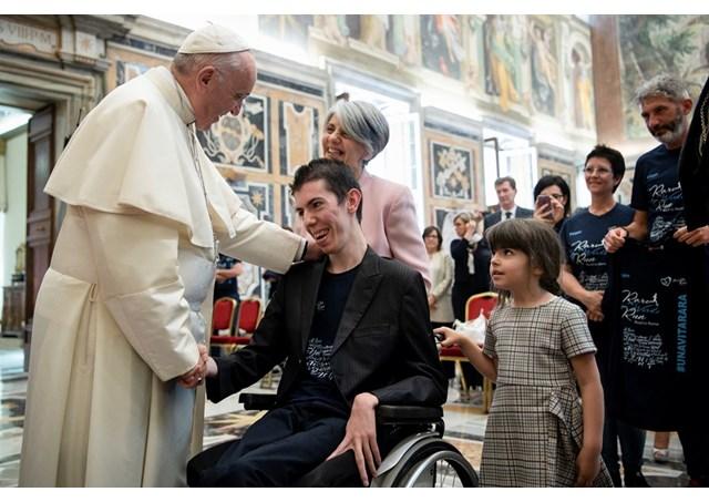 Папа Франциск: поддерживать огонёк жизни даже в ночной тьме