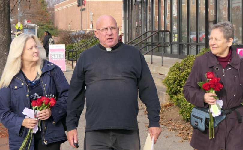 В столице США католического священника и трех мирянок арестовали за попытку убедить женщин отказаться от аборта
