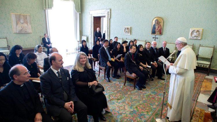 Папа Франциск принял в Ватикане делегатов конгресса врачей-католиков