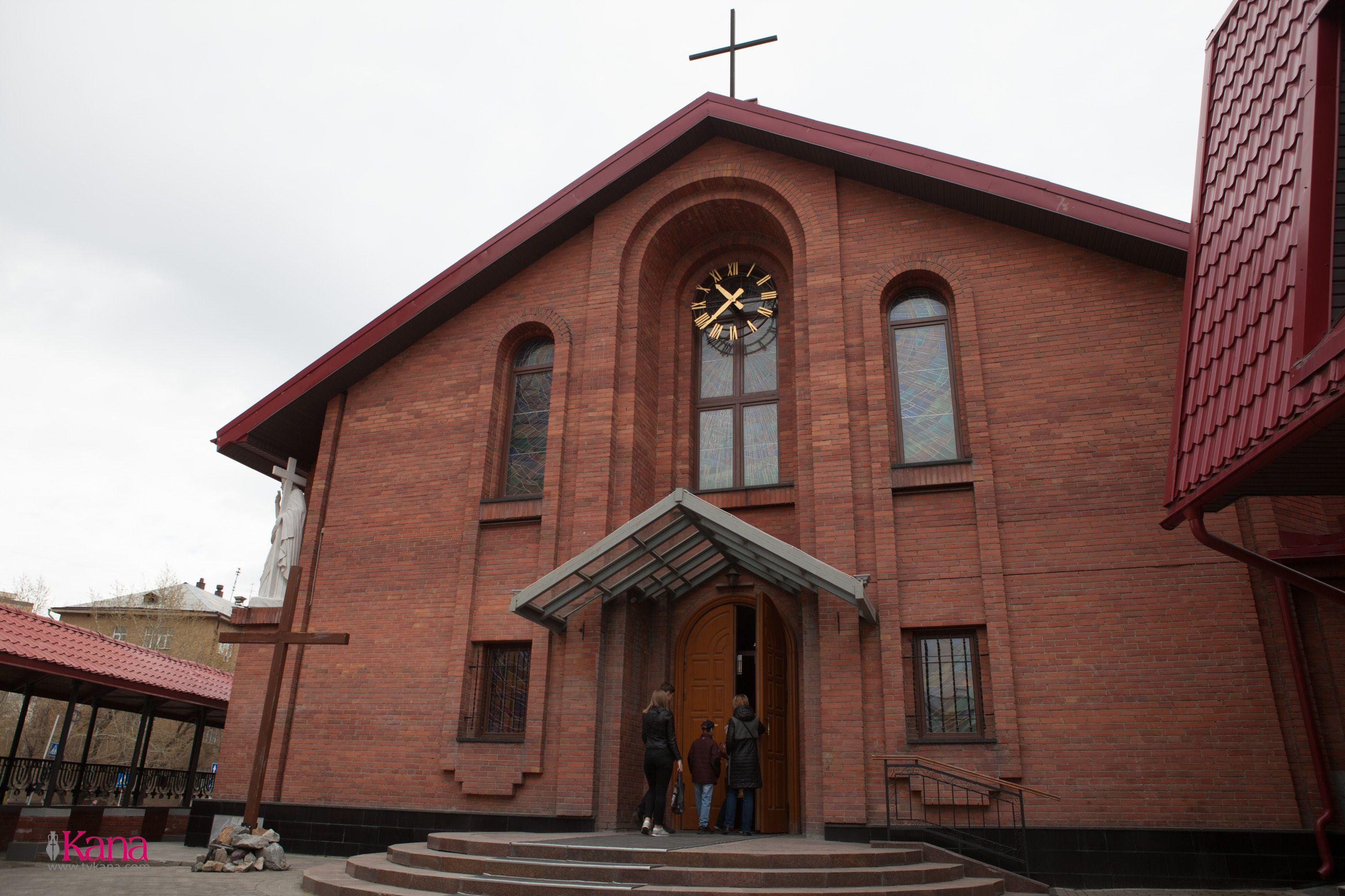 Община Кафедрального собора в Новосибирске попрощалась со своим прежним настоятелем и приветствовала нового