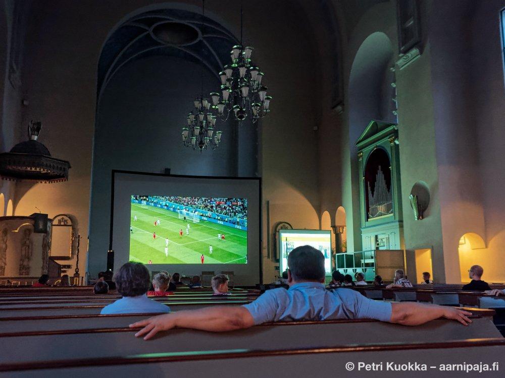 Прихожане лютеранского храма в Финляндии смотрят ЧМ-2018 в церкви вместе с пастором
