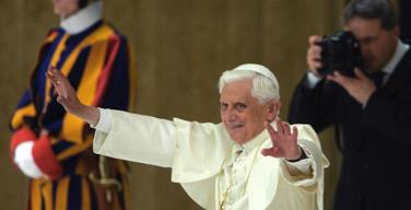Официальный фотограф Папы подарил свою профессиональную камеру фотографу-любителю, бывшему бездомному