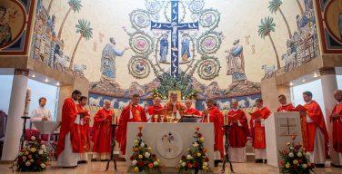 В саратовском Кафедральном соборе Святых Петра и Павла торжественно освятили новый алтарь