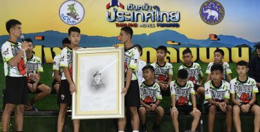 Спасенные в Таиланде дети временно станут монахами в память о погибшем дайвере