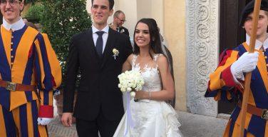 Папа Франциск благословил брак двоих сотрудников Ватикана