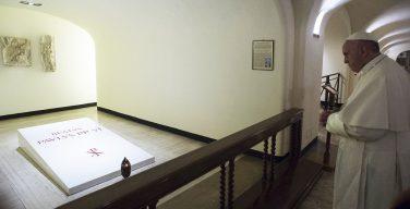 Папа Франциск помолился у гробницы Павла VI