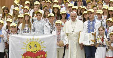 Папа Франциск принял в Ватикане украинских детей и главу МИД Украины