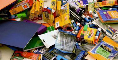 Церкви в США раздают бедным прихожанам школьные принадлежности, форму и рюкзаки