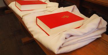 В Санкт-Петербургской духовной семинарии первокурсникам вручили альбы и Библии