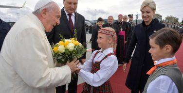 Папа Франциск прибыл в Латвию (ФОТО)