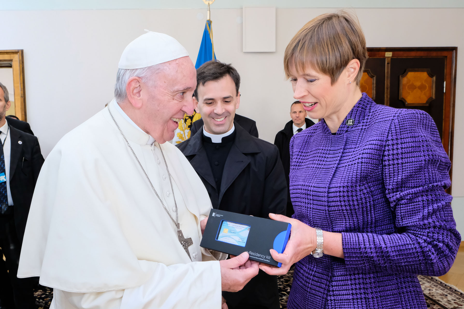 Папа Франциск стал первым главой государства, который получил электронное резидентство Эстонии (+ ФОТО)