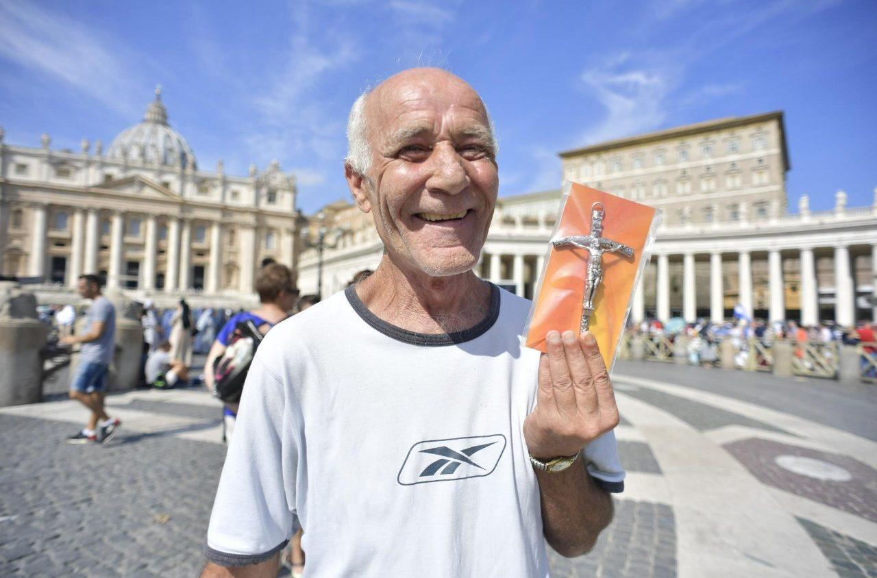 Angelus: Папа благословил раздать верующим 40 000 бесплатных распятий