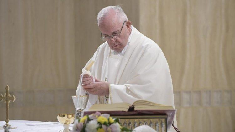 На Мессе в Доме Св. Марфы Папа Франциск призвал «не бояться запачкать руки служением»