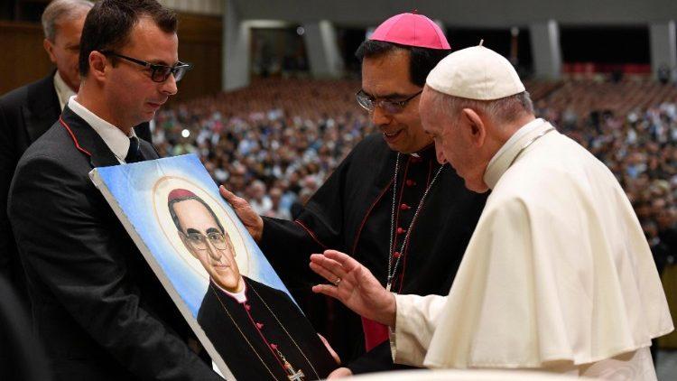 Папа Франциск, встречаясь с паломниками из Сальвадора, высоко оценил послание св. Оскара Ромеро