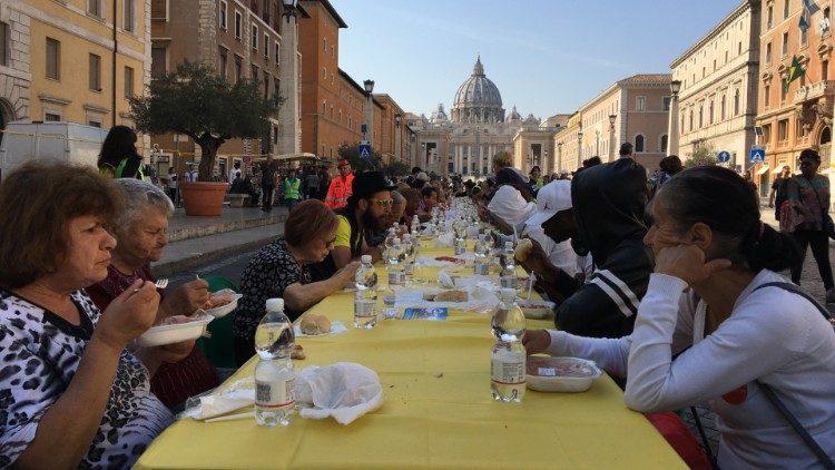 Вблизи Ватикана накрыли «стол солидарности» для мигрантов