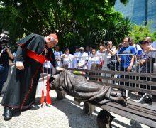 Рядом с Кафедральным собором Рио-де-Жанейро установили скульптуру «Бездомный Иисус»