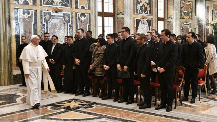 Папа: священники должны быть пастырями, а не чиновниками