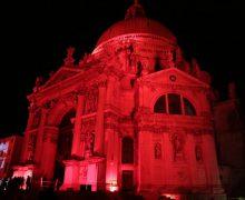 Базилика и здания в Венеции окрасились в красный цвет в память о гонимых христианах
