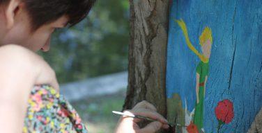 Маленький принц и Ёжик в тумане: арт-проект на поврежденных деревьях Москвы (ФОТО)
