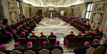 Папа — Римской Курии: Церковь переживает трудный момент, но свет побеждает тьму