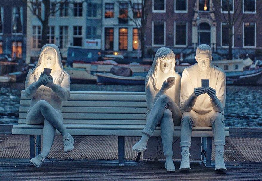 В Амстердаме открыли скульптурную группу «поглощенных» смартфонами людей (ФОТО)