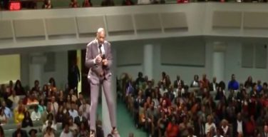 В соцсетях распространилось вирусное видео с «летающим проповедником»