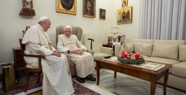 Папа Франциск встретился с Папой Бенедиктом и пожелал ему счастливого Рождества (ФОТО)