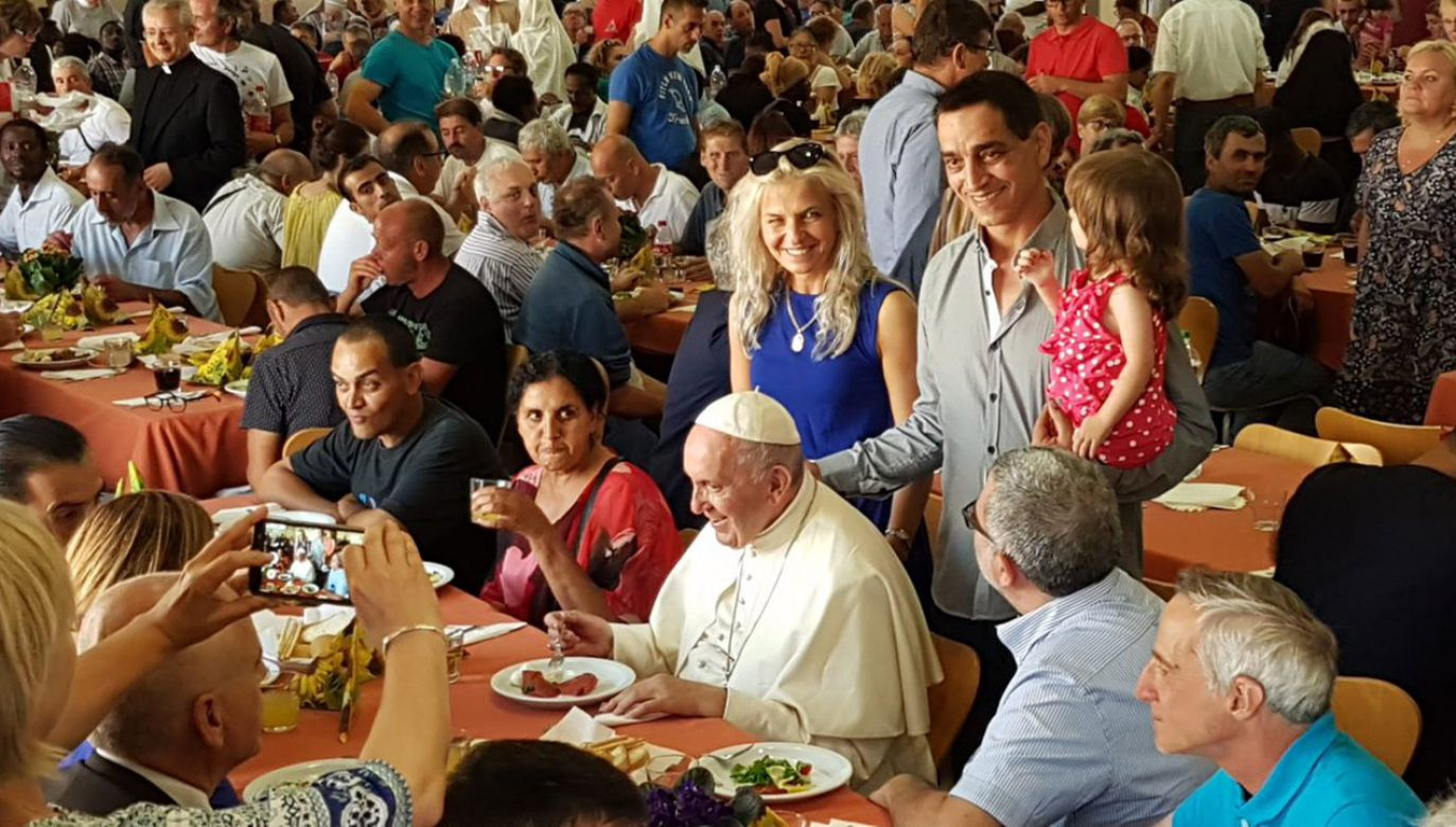 Папа пригласил бедных на предрождественский обед