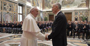 Папа принял на аудиенции итальянских полицейских (ФОТО + ВИДЕО)