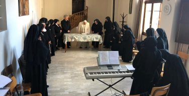 Папа неожиданно посетил монахинь-затворниц в Умбрии