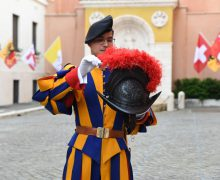 Униформа эпохи Возрождения и современные технологии: 3D-шлемы швейцарских гвардейцев (ФОТО)