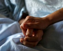 Половина россиян назвала допустимой эвтаназию для тяжелобольных людей — опрос