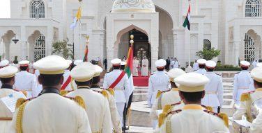 Папу Франциска встретили в Абу-Даби артиллерийским салютом и пролетом авиации (ФОТО + ВИДЕО)