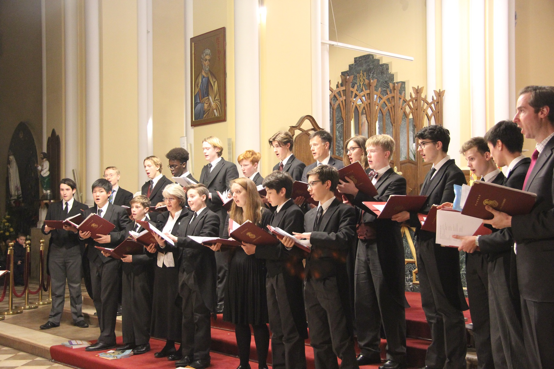 Английский хор Byron Consort спел в католическом соборе Москвы