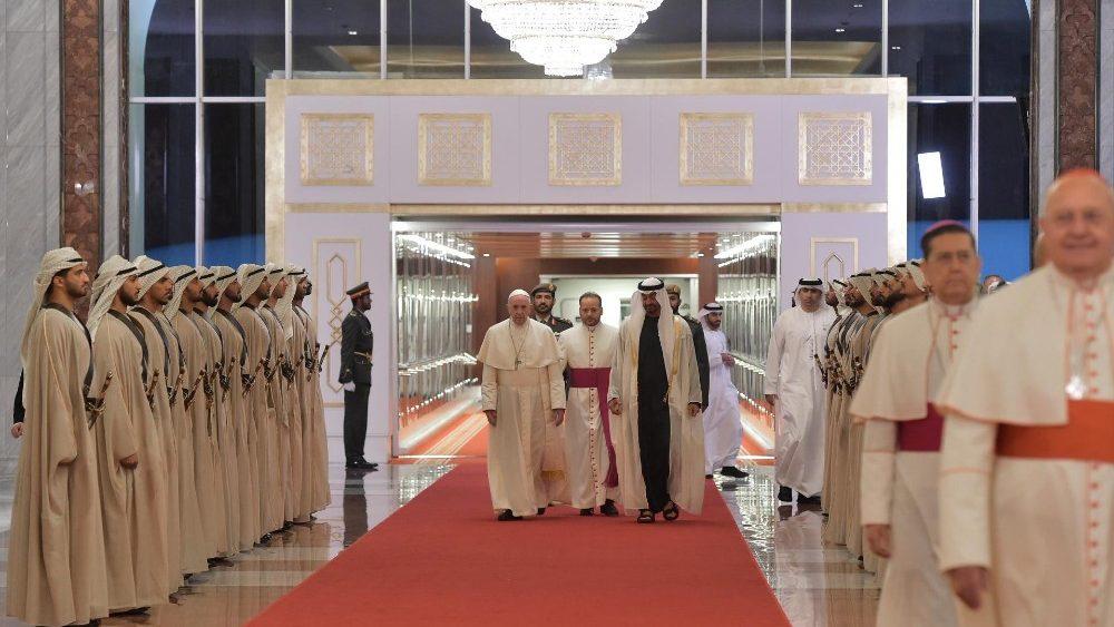 Папа Франциск прибыл в Абу-Даби и провел приватную встречу с наследным принцем