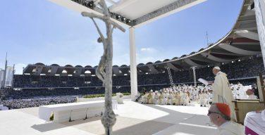 Папа Франциск возглавил св. Мессу на стадионе в Абу-Даби