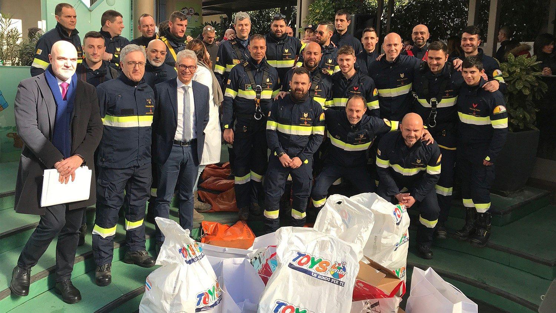 Ватиканские пожарные сделали необычный подарок пациентам детской больницы (ВИДЕО)
