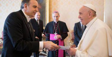 Новый посол Армении в Ватикане подарил Папе Франциску вытканный сирийскими беженцами Папский герб и поблагодарил за провозглашение св. Григория Нарекаци Учителем Церкви