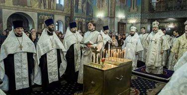 Во всех храмах православной Кузбасской митрополии вознесли молитвы о погибших при пожаре в ТЦ «Зимняя вишня»